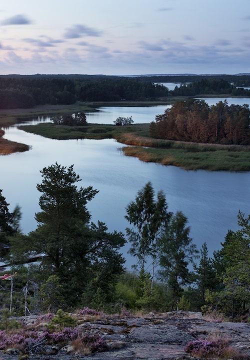 Betagande utsikt från Bergkulla äver fjärden och de tusen sjöarnas land.