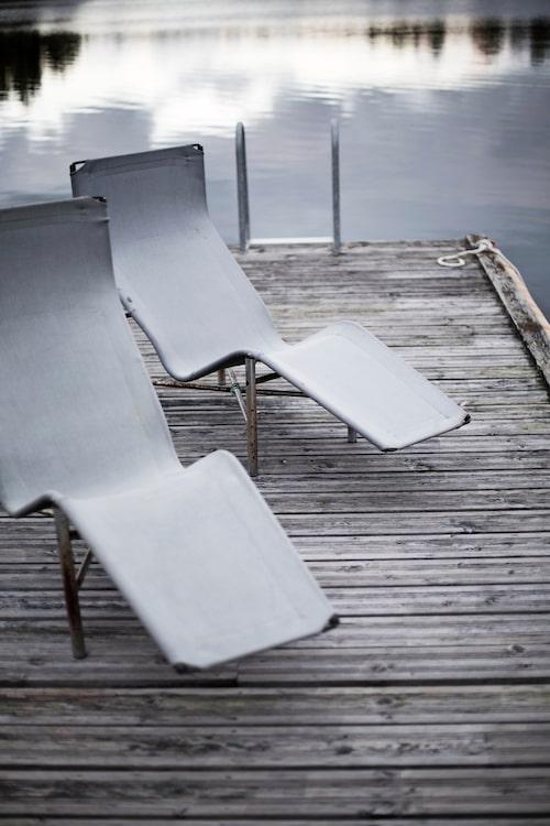 På bryggan står stolar Pelikan, Fritz Hansen.