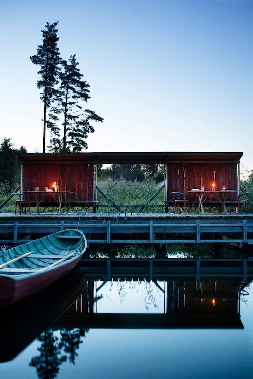 Bryggan speglas i den svarta, blanka sjön, friden och ron är total i Bergkulla på Åland, denna vackra höstafton.
