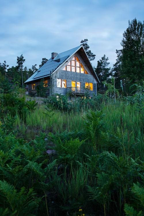 Mitt på berget tronar Solhuset med sitt karaktäristiska höga, brant sluttande tak. Boytan är 65 kvm plus 40 kvm biutrymme. På yttertaket är 72 solcellspaneler monterade, de producerar 6000 kWh/år. Energin går i första hand till huset, i andra hand till övriga hus på Bergkulla och överskottet säljs till det allmänna nätet.