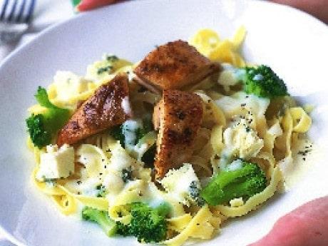 Pasta med krämig ostsås och broccoli