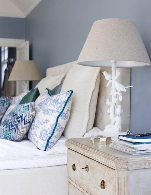 Sänggavel i linne, In your dreams, och som sängbord används gustavianska byråer.
