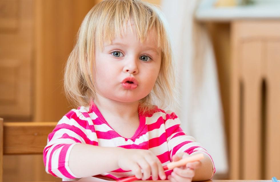 Att rita och måla upp historier om det man skapar, att leka och låtsas – det tycker 3-åringar ofta om. (Barnet på bilden har inget samband med texten) Foto: Shutterstock