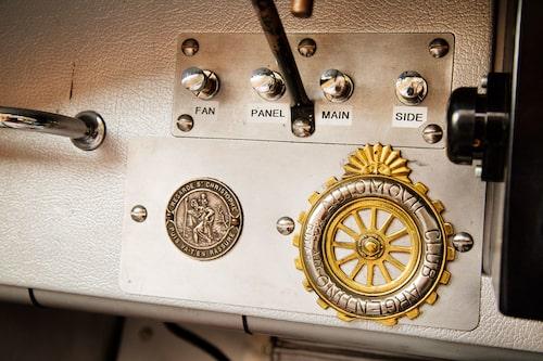Den hjulformade plaketten förkunnar Automobil Klubb Argentina.