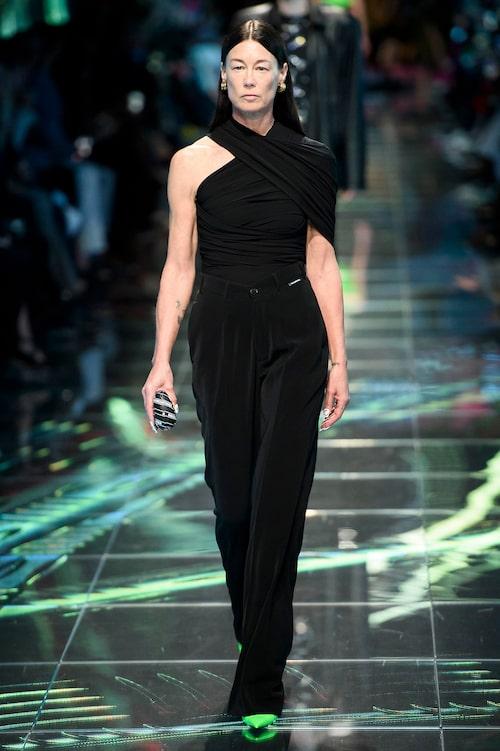 Ursula Wångander går för Balenciaga i Paris.
