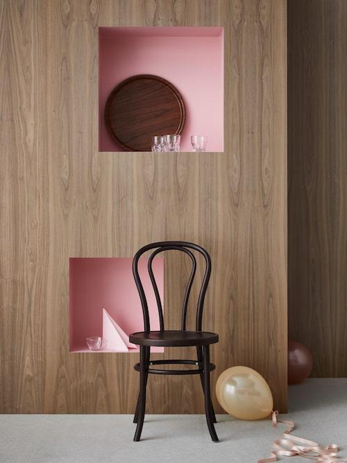 På bilden syns stolen Bjurån, brickan Tillplattad, glasen Smakkänsla och dekorativa skålen Välfylld.