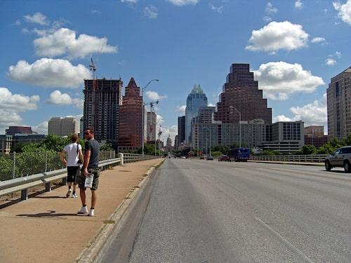 Glenn och Daniel på väg mot downtown över Congress Bridge.