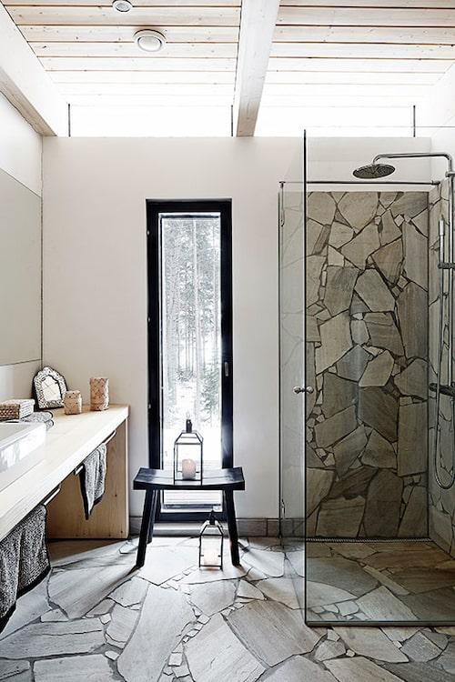 I badrummet har vit Lappisskiffer, eller Lapplandskvartsit, konkurrerat ut gran som golv- och och väggmaterial.