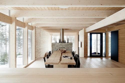 Från köksön mot matplatsen med Alvar Aaltos stolar modell 66 från Artek. Eldstaden i finsk Lappisskiffer delar av matplatsen och vardagsrumsdelen.