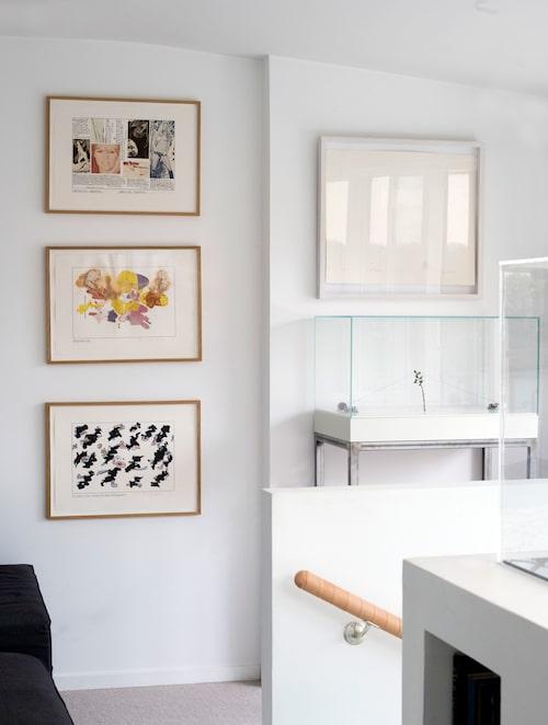 När man kommit upp för trappan till våningens övre etage möter en inglasad skulptur av Oscar Furbacken. Övriga verk av Hanna Ljungh, Olle Bærtling och Erik Dietman.