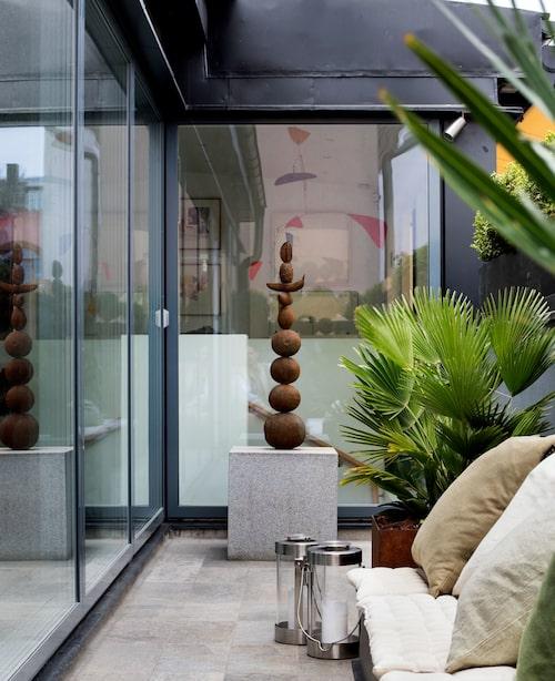 """På terrassen syns Hans Isakssons fruktskulptur av omålad brons. """"Den älskar jag!"""" deklarerar Peder."""