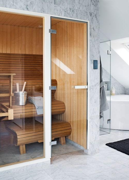 """I anslutning till övre våningens badrum finns en specialgjord platsbyggd el/ångbastu, snickaren var mycket stolt. """"Jag gillar ju det här organiska"""", säger Peder."""