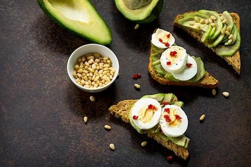 Ett grovt bröd med avokado, olivolja och nötter på är rena rama energiboosten!