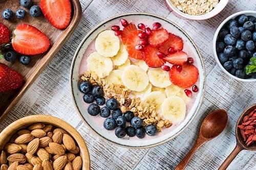 Yoghurt med frukt, bär och nötter är en perfekt frukost.