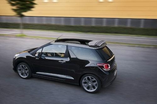 """Citroën DS3 Cabrio <a href=""""/2012/09/28/35095/vilken-bil-ar-din-favorit-i-paris-2012/"""" style=""""color: #fd9903; font-weight: bold;"""">Är detta din favorit? Rösta här!</a>."""