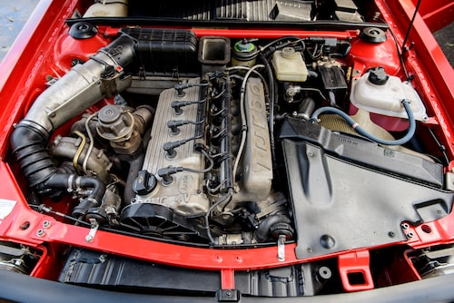 Även under huven ser det ut som vilken serieproducerad bil som helst. Hela motorn är monterad framför framaxeln, något annat vore omöjligt med tanke på transmissionslösningen.
