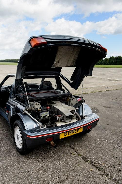 Det där fyrkantiga hålet, det är efterbrännkammaren. Och stötfångaren kan vikas upp när man ska skjuta missiler. Eller inte. Fast Peugeot 205 Turbo 16 vann rally-VM ändå.