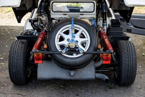 Reservhjulet föredömligt placerat längst bak i motorrummet. Undrar om däcket smälter om man kör tillräckligt hårt?