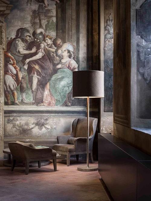 Nedtonad exklusivitet i möblerna möter originalfresker från 1700-talet hos Bottega Veneta home.