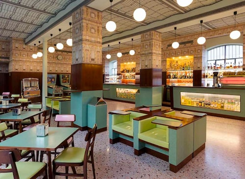 Bar och kafé Luce i Pradahuset är inrett av regissören Wes Anderson. Engelsk konfekt, någon?