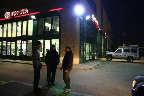 Överläggning utanför Toyota-verkstaden i Trento.