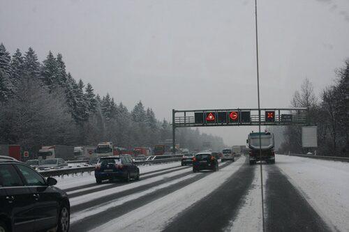 Snön fortsatte falla över Autobahn.