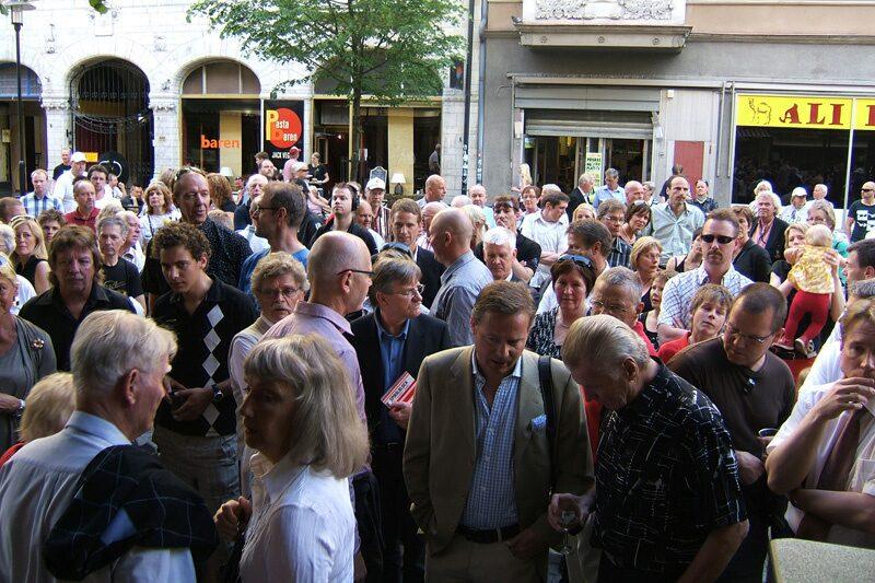 Publikanstormningen till Storgatan 19 blev allt intensivare.
