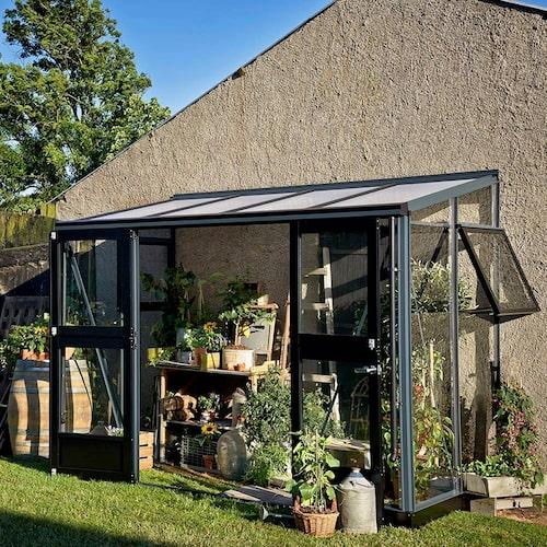I detta smidiga väggväxthus får du plats med ett litet odlingsbord.
