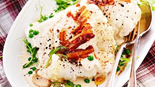Recept på lutfisk med kryddpepparsås, brynt smör och baconströssel.