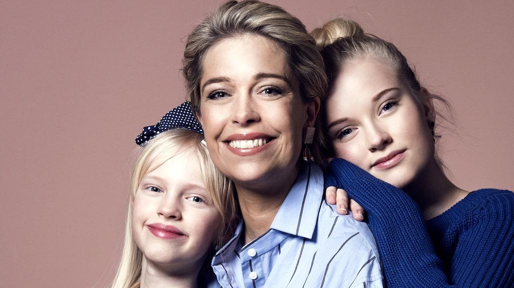 Annika Strandhäll med sina två döttrar, som hon har med sambon Thomas.
