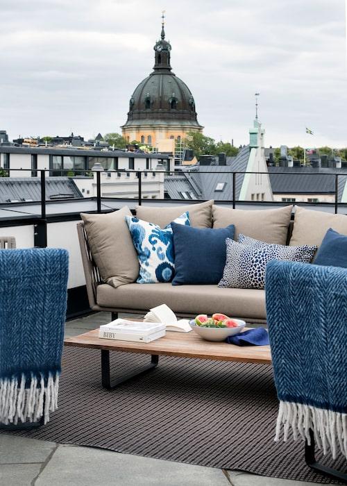 Ingen insyn alls, bara makalös utsikt mot Hedvig Eleonora och Östermalms många vackra tak. Soffa, bord, fåtöljer och matta från Kettal. Plädar och kuddar, Mood.