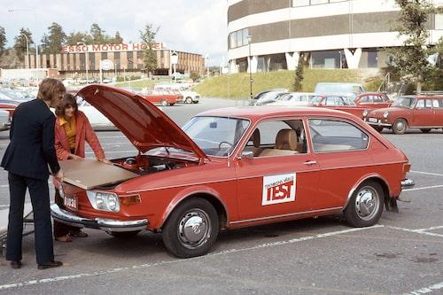Typ 4 (411/412) var något så ovanligt som en stor bil med luftkyld motor bak. Nästan lika ovanlig som Björn Sundfeldt i kostym. Teknikens Värld nummer 21/1972.