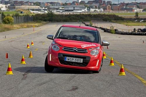 Sämre styrkänsla än konkurrenten Hyundai i10 och bilen kränger kraftigt. Hasar rejält med framhjulen, men klarar ändå 76 km/h.