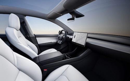Samma förarmiljö som i Model 3, det vill säga väldigt avskalat med nästan inga knappar och reglage alls. Det mesta styrs i stället via den stora skärmen.