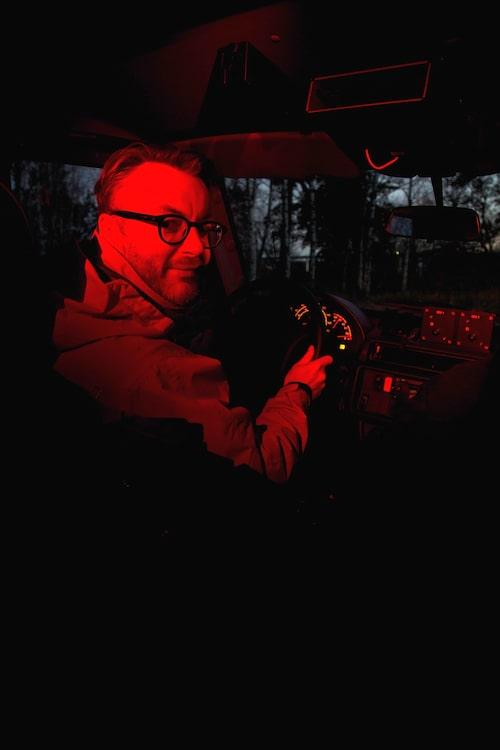 Innerbelysning med rött sken förstör inte mörkerseendet.Malaj Hedberg simulerar krig.