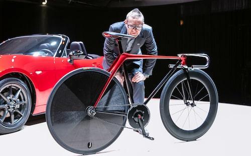 Cykeln är designad av Mazdas bildesigners med Kodo-filosofin som ledord och utställd i Milano. Den har svart skinnsadel med röda handsydda sömmar. Platt styre. Vill ha!