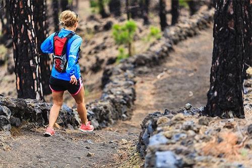 Ge dig ut i skogen och du får gratis träning i form av backar, ojämn terräng och mjukt underlag. Foto: iStock