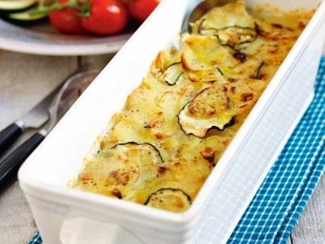 Potatis- och zucchinigratäng med grillad kyckling