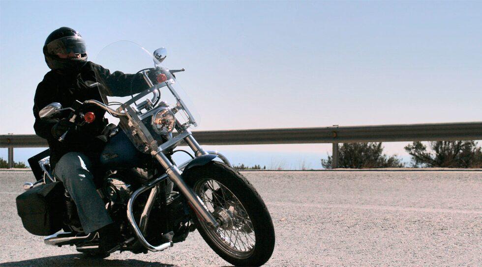 Motorcykel av ordinär, icke-självkörande typ.