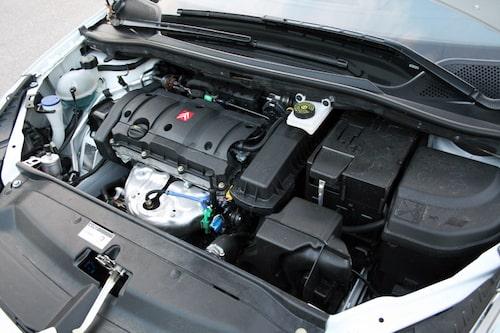 Motorn varvar högt i motorvägsfart vilket märks ganska tydligt inne i kupén.