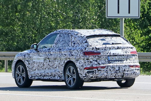 Bilen är maskerad. Audis logotyper är täckta. Men på etiketter runt om bilen står det Audi AG. Inte så hemligt.