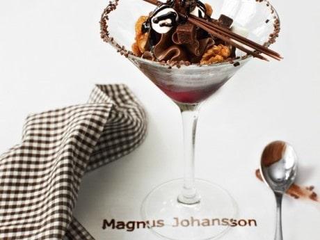 Choklad med svartvinbärskräm, salta valnötter och chokladspagetti