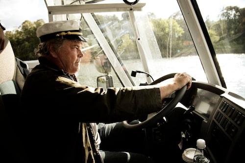 Lånad vegamössa och lånad amfibiebuss. Men skepparexamen har han, tyvärr inget busskort. Nästa hållplats, Fjäderholmarna.
