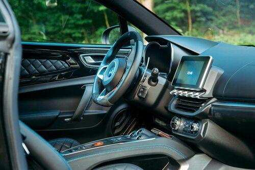Minusbetyg för att växelpaddlarna är små och sitter fast på rattnavet precis som i Clio RS.