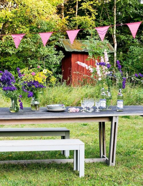 Träbordet byggdes av vännen och möbeltillverkaren William Hilgendorf till hans egen bröllopsfest i Terra novas trädgård. Det 15 meter långa snöret med vimplar från en leksaksaffär, färgade Therese rött i tvättmaskinen. Den sitter uppe i trädgården året runt.