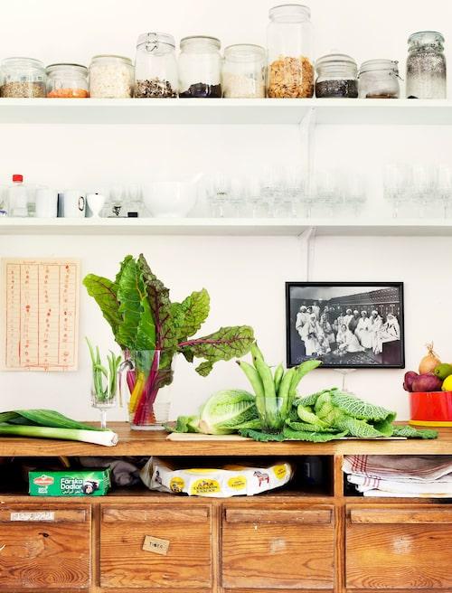 Köksbänken är ärvd och användes av Thereses morfar som snickarlådor i hans garage. Etiketterna – skruvar, elgrejer, muttrar – har fått stå kvar som en hälsning från förr, även om lådorna nu innehåller livsmedel och kökssaker.