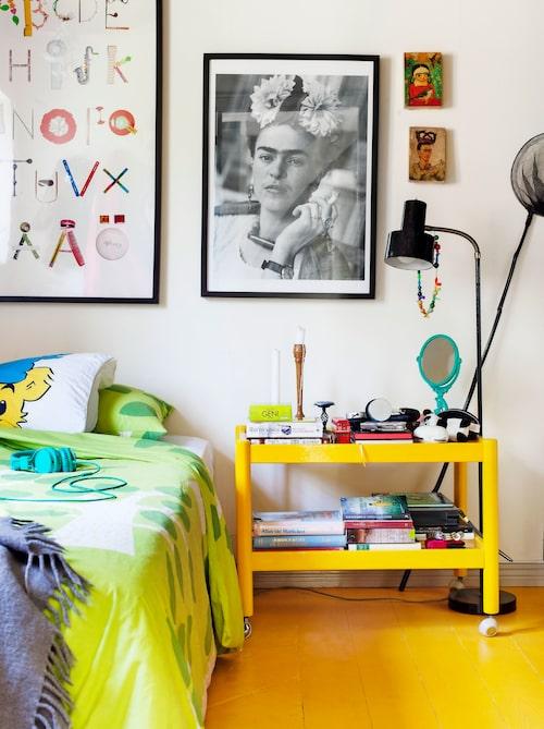 Gulmålat loppisfyndat 70-talsbord. Bokstavstavlan bredvid Frida Kahlo-affischen är gjord av Therese och kollegan Tove Blomgren.