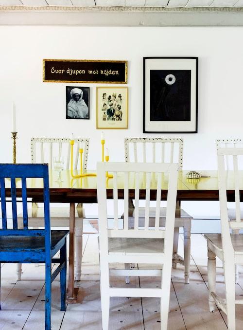 Stolarna är arvegods och loppisfynd. Farfaderns pampiga stora matsalsbord förvandlade Therese genom att måla bordsytan i senapsgul klarlack, men låta underredet och benen behålla sin originalfärg.