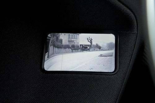 ... är en kamera som visar sikten bakåt på en integrerad skärm.