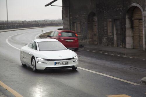 XL1 är en provbänk för kommande hybridteknik och nya lättviktsmaterial från Volkswagen-koncernen. Ärligt talat är den en bullrig, skakig låda som gör sig allra bäst på bild.
